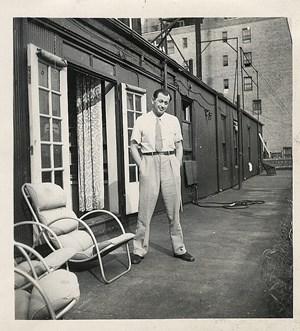 Friedrich Torberg vor seinem Apartment im New Yorker Exil um 1945: Der Schriftsteller habe als erklärter Antikommunist einen Bekenntnisdruck ausgeübt, sagen Wissenschafter.