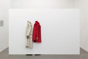 """Beckett'sches Bühnenbild: """"Hanging Sleeves, Hiding Hands"""" (2013) von Eva Kotátkova, und Jirí Kovanda in der Galerie Krobath. Foto: Lisa Rastl"""