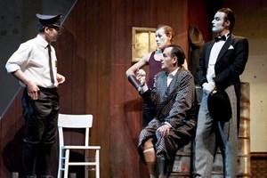 Vaudeville-Figuren: Harald Wurmsdobler als Feuerwehrmann stellt Ringer Schmitz (Tomasz Pietak), Herrn Biedermann (Stephen Chaundy) und Kellner Eisenring (Till von Orlowsky) zur Rede.