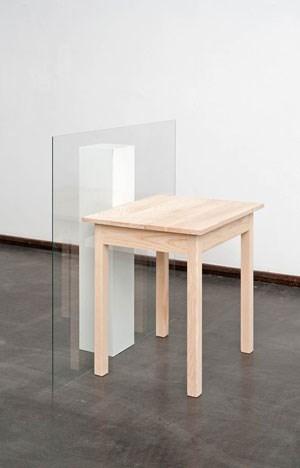 """Goran Petercol ändert die Perspektive auf die Ordnung der Dinge: Die """"Symmetrie"""" von Tisch und Sockel stellt sich über ihre tragenden Eigenschaften ein."""
