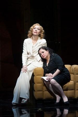 Szenen einer Freundschaft: Marlene Dietrich (Sona MacDonald) und Edith Piaf (Maria Happel) am Burgtheater.