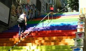 Treppe, die im Stadtviertel Findikli am Bosporus in Istanbul nach Cihangir hinaufführt.