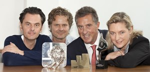 Florian Krenkel, CEO Ogilvy & Mather (Mitte), Christian Schmid, Advertising MD (li.), Gerd Schulte-Döinghaus, Executive CD (zweiter von li.), Elisabeth Pechmann, Director Strategic Consulting & Corporate Comms (re.) mit Euro-Effie, Cannes-Löwe und Sabre-Award.