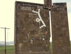 Ausradiert: Ein Wegweiser aus Sowjetzeiten am Ausgang von Berg-Karabach. Die Straßenverbindungen von Baku, Lenkaran und Gence in Aserbaidschan nach Armenien sind während des Kriegs in den 1990er-Jahren ausgetilgt worden.