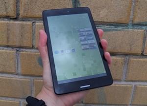 Trotz der dicken Ränder kann das Tablet noch komfortabel in einer Hand gehalten werden.