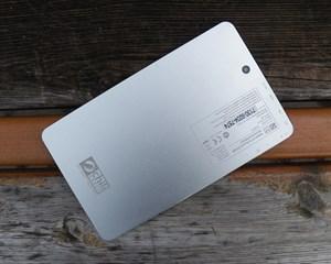 Bei der Rückseite hat sich der Hersteller für Aluminium entschieden, was das Tablet wertiger wirken lässt.