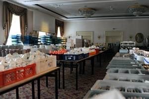 Alles muss raus: Unter anderem werden 200 Nespresso-Kaffeemaschinen, 200 Wasserkocher, 200 Eiswürfelbehälter, Unmengen an Besteck, Teller, Kerzenleuchter und Bettwäsche versteigert.