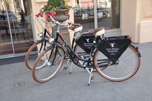 ... sowie vier Hotel Kempinsky-Bikes, mit denen die Hotelgäste Wien radelnd erkunden können. .