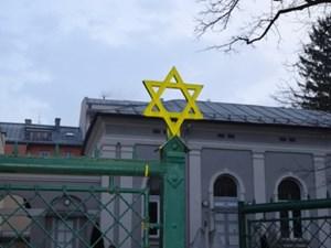 Der Davidstern am Zaun der Synagoge in Salzburg wurde in der Nacht auf Freitag mit gelber Farbe besprüht.