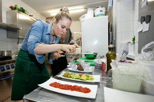 Julia Platzer möchte in ihrem vegetarischen Restaurant Lehrlinge  ausbilden. Aber ohne Fleisch und Fisch auf der Speisekarte ist das sogar  mit einem Partnerrestaurant schwer zu bewilligen.