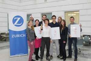 Bei der Übergabe: V.l.n.r.:  Eva Weinhofer, Marketing Communications (Zurich), Faruk Fetahovic, Marketing Communications (Zurich), Sabine Weinberger, Leiterin Marketing Communications (Zurich), Hannes Prinz, Leiter Channel Marketing (Zurich), Carine Andrey Marek, Marketingleiterin (Zurich), Mathias Mayer, Client Service Director (U2 Media), Kerstin Schmölz, Key Account Management (STANDARD), Birgit Altrichter, Client Service Manager (U2 Media), Hannes Brunthaler, Leiter Grafik (Zurich).