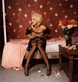 "Im Bett mit Madonna? Künstler oder Popstars, die sich halbnackt auf Betten räkeln - solch populistische Sujets machen sich in einer Ausstellung zum Bett gut: ""Madonna laughing and holding her breasts, New York, September, 1994"", Bettina Rheims."