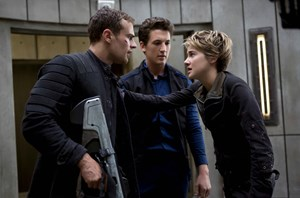 Jungrebellen atmen durch: Tris (Shailene Woodley), Peter (Miles Teller) und Four (Theo James).