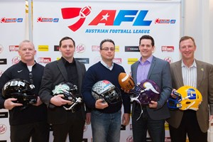 Die Klasse der AFL Head Coaches von 2015: Jim Ward (Prague Black Panthers), Ivan Zivko (Danube Dragons), Shuan Fatah (Swarco Raiders Tirol), Chris Calaycay (Vienna Vikings) und Blaine Bennett (Graz Giants) v.l.n.r.