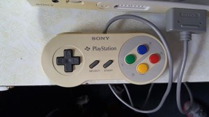 Das Gamepad der Sony PlayStation SNES.