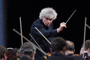 Sir Simon Rattle am Pult  der Berliner Philharmoniker.