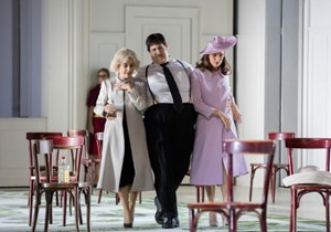 V. li.: Alex Penda (Mrs. Slender), Christoph Pohl (Falstaff), Anett Fritsch (Mrs. Ford).