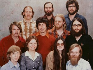 Das berühmte Foto von 1978 – Microsofts erste Angestellte. Oberste Reihe von links: Steve Wood, Bob Wallace, Jim Lane. Mitte: Bob O' Rear, Bob Greenberg, Marc McDonald, Gordon Letwin. Unten: Bill Gates, Andrea Lewis, Marla Wood, Paul Allen.