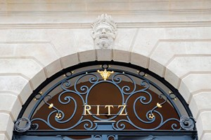 Die Fassade des Hotel Ritz an der Place Vendôme in Paris.