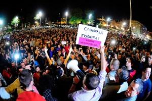 Hunderte Serben zogen nach dem Wahlsieg des Premiers auf die Straßen.