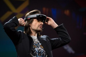 Hololens-Erfinder Alex Kipman demonstriert die Mixed-Reality-Brille bei der TED 2016.