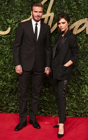 Zweimal schwarzer Anzug – so stilsicher wie beim Besuch der British Fashion Awards in London im November 2015 war das Ehepaar Beckham nicht immer.