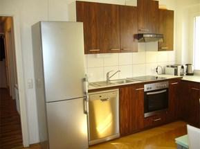 Tischlerküchenzeile samt E-Geräten u. Geschirr, Service