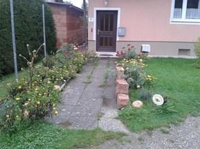 Zugang zum Haus, Rosenvorgarten, Nordansicht