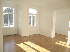 Wohnzimmer mit Balkonausgang und Erker