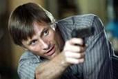 Tom kann erstaunlich gut mit der Waffe umgehen