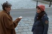 Regisseurin Dürnberger (r.) sucht ihre Mutter