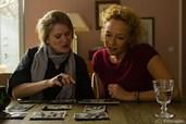 Zwei Frauen entdecken, dass sie Schwestern sind