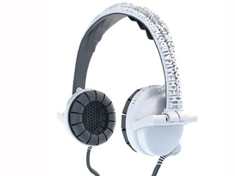 Namen nennenBei seinem Bemühen, mittels Gadget aus der Menge hervorzustechen, macht dem Hippster die Massenproduktion häufig einen Strich durch die Rechnung. Individualisten werden sich über die Street Headphones freuen. Beim Bestellen dieser Kopfhörer gibt man seine Lieblingskünstler und persönlichen Superhits an. Der Hersteller druckt diese Informationen im 3-D-Format dann auf die Kopfhörer. So bekommt man nicht nur ein Unikat, sondern kann auch andere Leute ohne Bandshirt auf seinen guten Musikgeschmack hinweisen. www.freedomofcreation.com