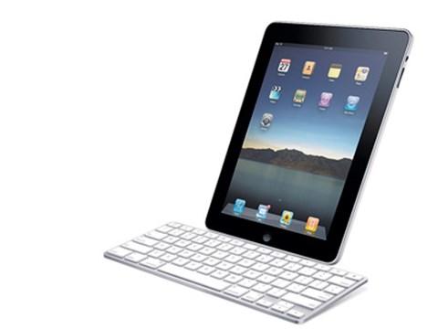 An die Tasten bauenDas iPad ist in erster Linie dazu da, um mit den Händen darüberzugleiten. Wer weiterhin lieber tippt als tatscht oder das iPad auf dem Schreibtisch nutzen will, für den ist das iPad Keyboard das richtige Zubehör. Das Apple-Tablet wird einfach bei der Tastatur angedockt, und fortan schreibt man wie sonst auch am Rechner. www.apple.at