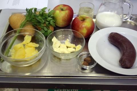 Rezept Blutwurst mit Apfel, Most und PüreeZutaten für 2 Portionen: 2 Äpfel1 große oder 2 kleine feste Blutwürste125 ml ApfelmostButterschmalzSalz und Pfeffer3-4 große mehlige ErdäpfelMilchButterSalzMuskat