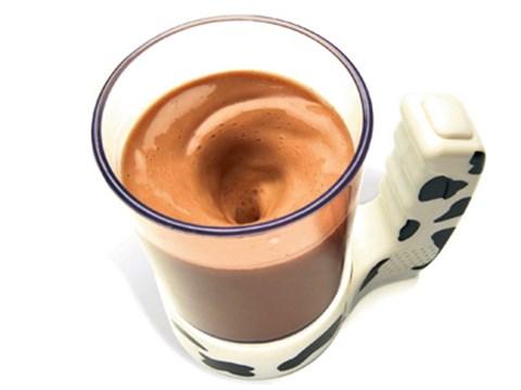 Milch mischenFür manche sind die ersten morgendlichen Verrichtungen eine einzige Zumutung. Während sich so ein Morgenmuffel in der Küche quält, träumt er im Halbschlaf stehend vom warmen Bett. Die Technik erspart da manche Mühsal: Mit dem talking Moo Mixer muss nicht einmal mehr der Kakao in die Milch gerührt werden. Das erledigt die Tasse auf Knopfdruck von selbst, und zum Wachmachen wird das Mixen mit einem Kuhmuhen akustisch untermalt. www.fredflare.com