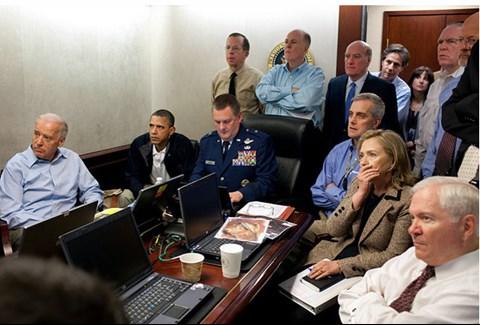 Das Foto, das US-Präsident Barack Obama während des Einsatzes gegen Osama bin Laden mit seinem Beraterteam im sogenannten Situation Room zeigt, ist zum Klick-Hit auf Flickr geworden. Im Web hat das Bild einen wahren Boom an Photoshop-Kreationen ausgelöst. Wired hat die witzigsten Situation Room-Fotos herausgefischt. Das Original-Foto (im Bild) darf aufgrund der Lizenzbestimmungen für Fotos der US-Regierung ohne Einschränkungen von jedem weiter verbreitet, bearbeitet und öffentlich gezeigt werden.