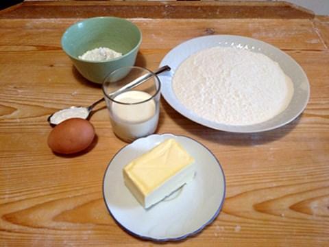 Rezept für Scones(für ca. 12 Stück)Zutaten:300 g Mehl (und etwas Mehl zum Arbeiten)50 g Staubzucker1 Ei1 EL Backpulver130 g kalte Butter100 g Schlagoberseine Prise Salz