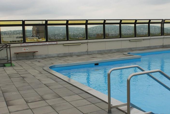exklusiv f r bewohner schwimmbad am dach wohnen in und. Black Bedroom Furniture Sets. Home Design Ideas