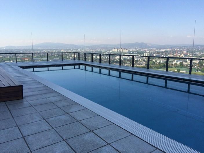 exklusiv f r bewohner schwimmbad am dach wohnen in und um wien immobilien. Black Bedroom Furniture Sets. Home Design Ideas