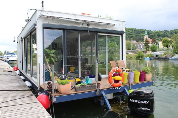 hausboote sterreicher nicht nahe am wasser gebaut. Black Bedroom Furniture Sets. Home Design Ideas