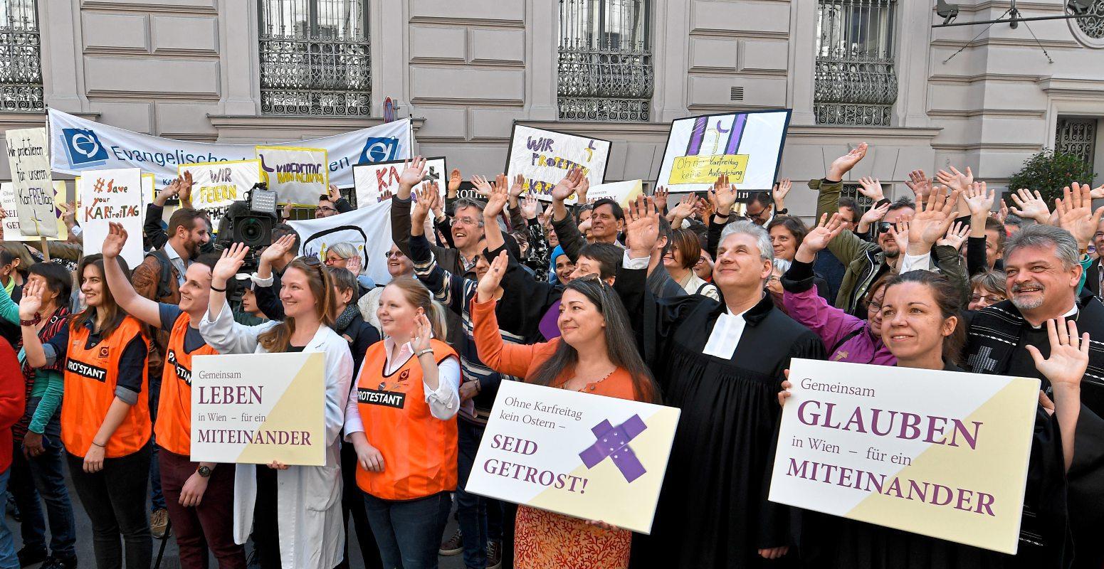 Protestanten Protestieren Gegen Feiertags Streichung In Wien