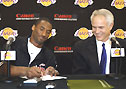 Kobe Bryant unterschreibt, Lakers-Manager Mitch Kupchak grinst.