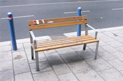 Die neuen Parkbänke auf der Mariahilferstrasse geben Anlass zur Sozialkritik. Sie sind kürzer und unbequemer ...