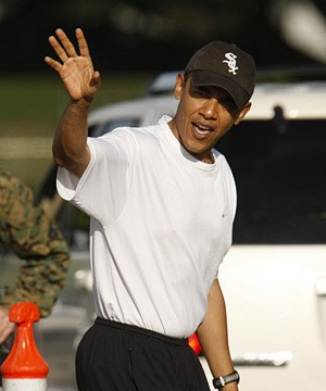 Barak Obama in Shirt, Trainingshose und mit Kappe.