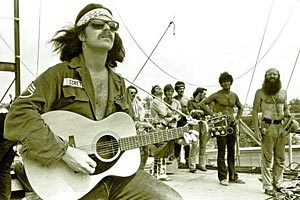"Country Joe McDonald singt in Woodstock den zur Anti-Vietnamkrieg-Hymne gewordenen ""Feel-Like-I'm-Fixin'-To-Die""-Rag."