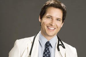 Peter Facinelli als Dr. Fitch Cooper.