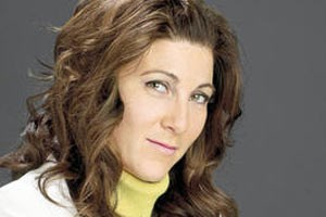 Eve Best als Dr. Eleanor O'Hara.
