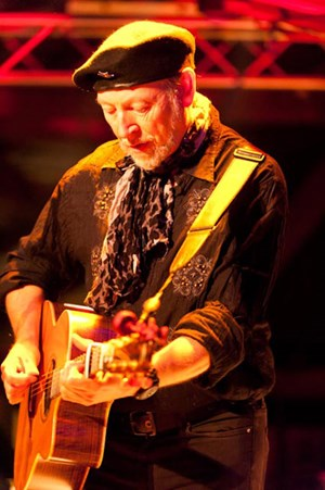 Richard Thompson, lange als Rock's best kept secret gehandelt und vom Rolling Stone als einer der Top 20 Guitarists of All Time gelistet, bei seinem diesjährigen Auftritt beim Musikfest in Waidhofen/Thaya. (Foto: Andreas Biedermann)