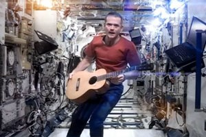 Chris Hadfield covert David Bowie auf der ISS.